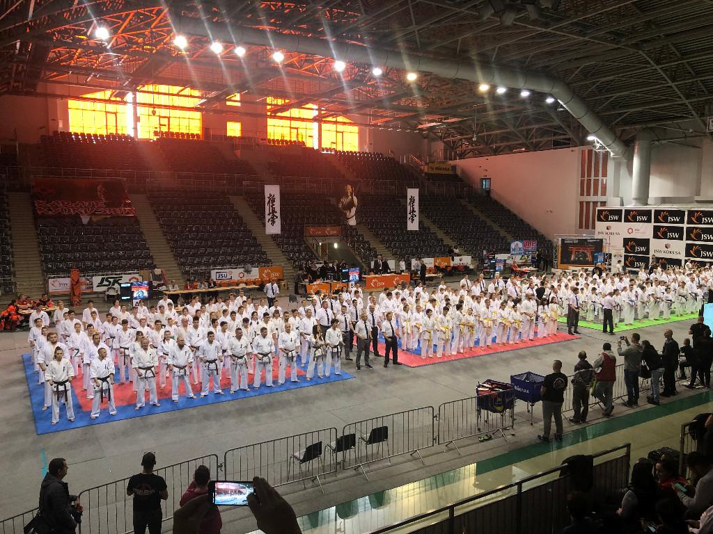 """XI Międzynarodowy Turniej Karate Kyokushin """"Carbon Cup"""" w Jastrzębiu- Zdroju - widoh hali sportowej oraz zawodnicy turnieju przed rozpoczęciem rozgrywek"""