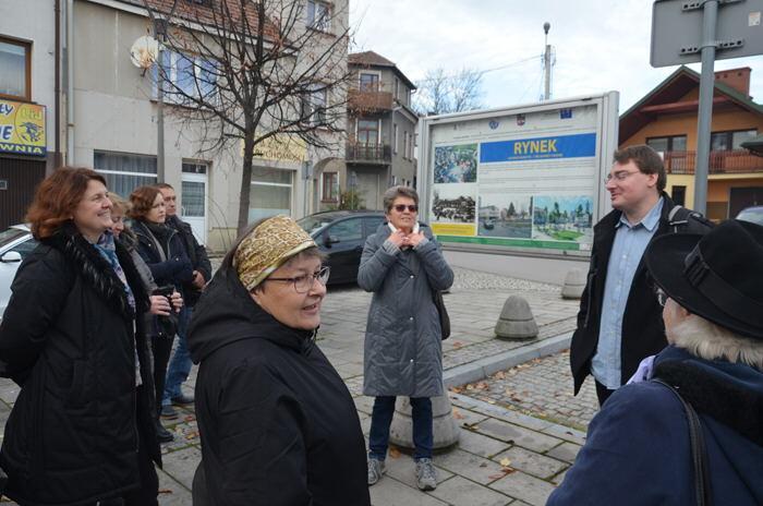 Spacery historyczne w powiecie Limanowskim; 19.11.2019 - uczestnicy na starcie spaceru na ynku w Mszanie Dolnej