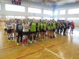 Wyniki Powiatowej Licealiady Młodzieży w halowej piłce nożnej dziewcząt - zawodniczki podczas odprawy z opiekunami przed meczem