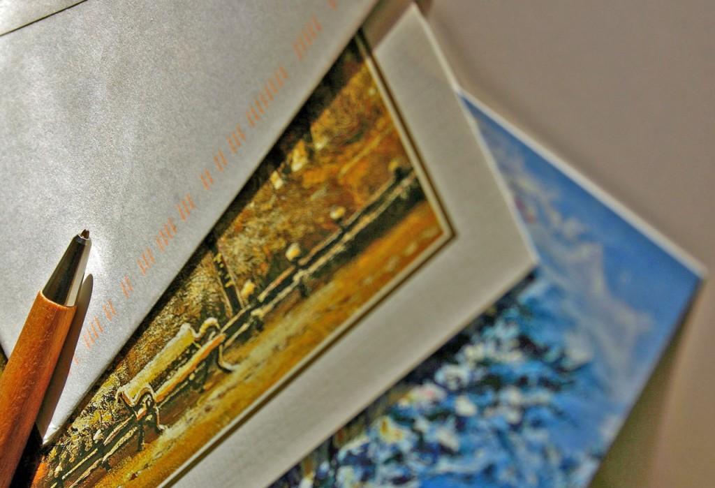 zdjęcie przedstawiające kartki świateczne oraz długopis