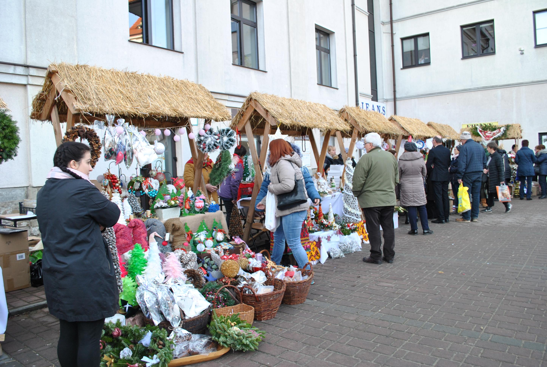 I Powiatowy kiermasz Bożonarodzeniowy 2029 - goście wydarzenia podczas podczas zakupów na stoiskach Kół Gospodyń Wiejskich