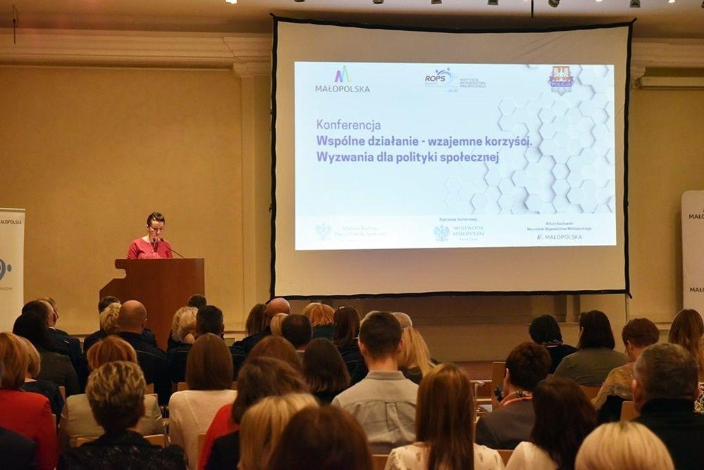 """Krakowska Konferencja """"Wspólne działanie – wzajemne korzyści. Wyzwania dla polityki społecznej""""- prowadząca konferencję Marta Malec - Wach podczas przentacji"""