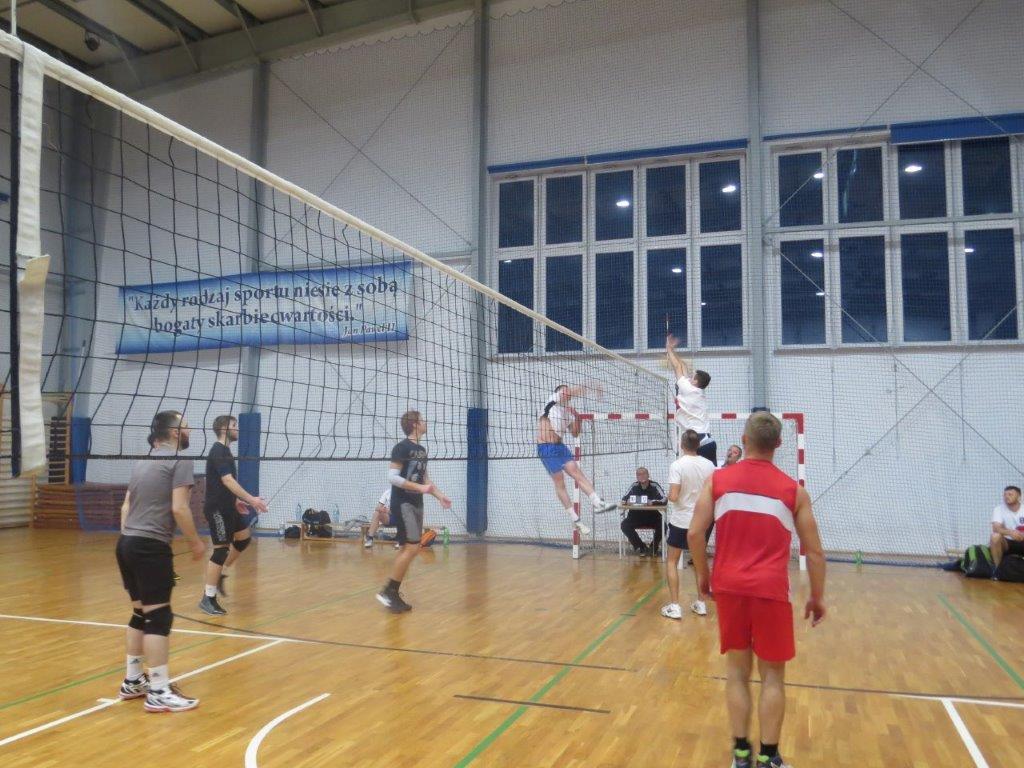 Turniej Piłki Siatkowej Zakładów Pracy, Firm i Instytucji o Puchar Starosty Limanowskiego - zawodnicy podczas gry