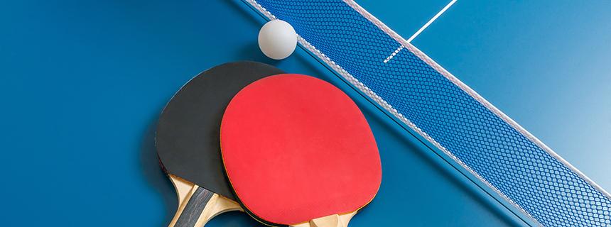 Zawody sportowe w tenisie stołowym o Puchar Starosty Limanowskiego - zaproszenie; zdjecie rakietek do tnisa stołowego i piłki