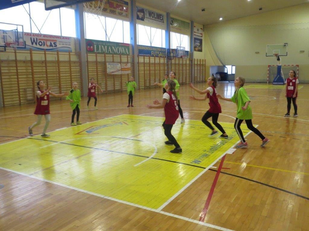 Powiatowe zawody w koszykówce dziewcząt styczeń 2020 - zawodniczki podczas meczu