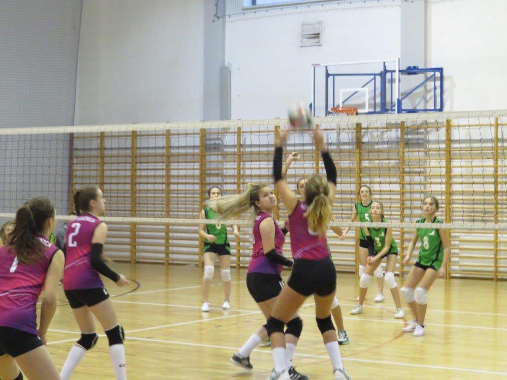 VIII Zimowy Turniej Piłki Siatkowej i Koszykowej Dziewcząt o Puchar Dyrektora I LO w Limanowej- zawodniczki w trakcie meczu