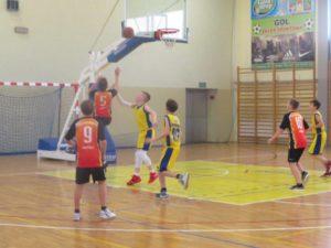 Powiatowe zawody w koszykówce chłopców - zawodnicy w trakcie meczu