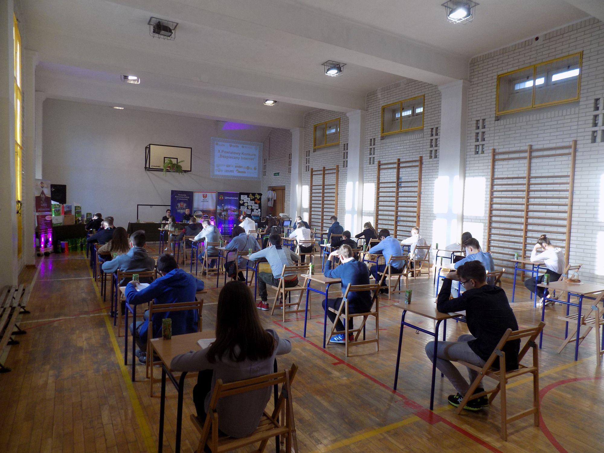 """X Powiatowy Konkurs """"Bezpieczny Internet""""- uczestnicy w trakcie rozwiazwania testu konkursowego"""