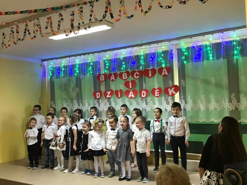 Dzień Babci i Dziadka w Szkole Podstawowej w Kaninie - uczniowie podczas występu