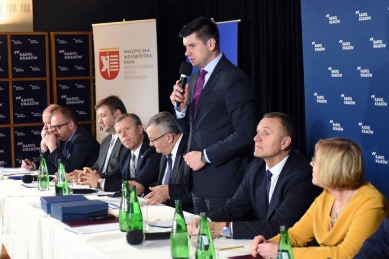Posiedzenie Małopolskiej Wojewódzkiej Rady Bezpieczeństwa Ruchu Drogowego 2020- uczestnik konferencji w czasie przemówienia
