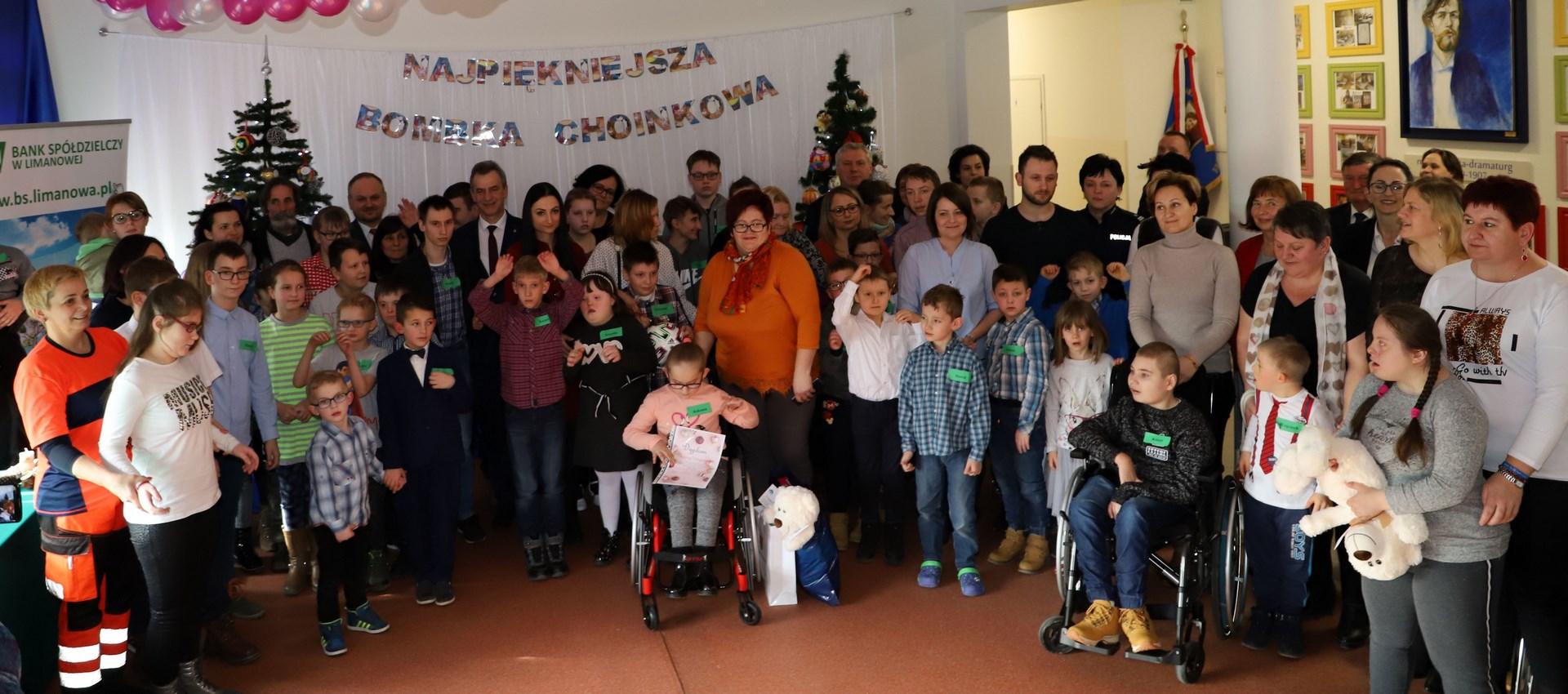 XI Miejsko - Gminny Bożonarodzeniowy Konkurs Plastyczny dzieci w Rupniowie- uczestnicy konkursu z rodzinami i przyjaciółmi