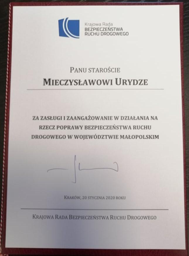 Posiedzenie Małopolskiej Wojewódzkiej Rady Bezpieczeństwa Ruchu Drogowego - dyplom dla Starosty Limanowskiego za zasługi i zaangazowanie w działania na rzecz poprawy bezpieczeństwa ruchu drogowego w Województwie Małopolskimo