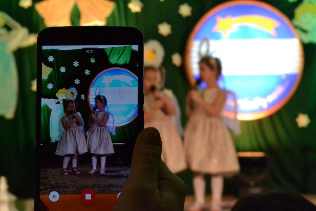 """""""Kolędować każdy może"""" – Dziecięcy Festiwal Kolędowy w Szczawie 2020 - uczestniczki na scenie podczas występu"""