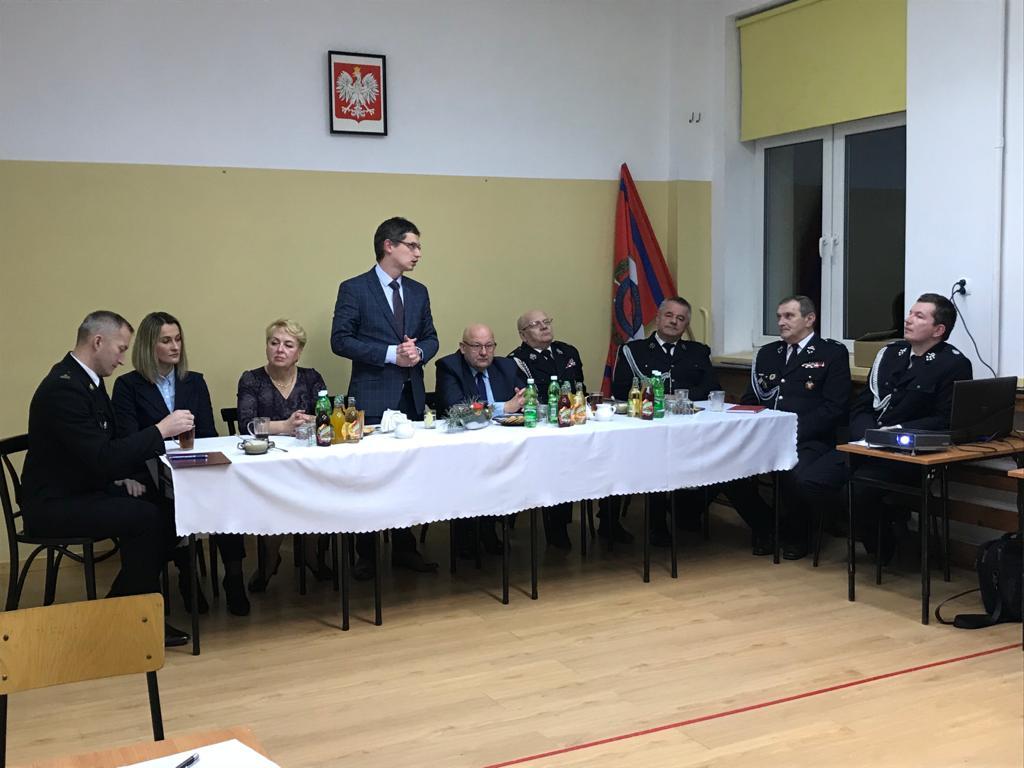 Spotkanie sprawozdawcze OSP Tymbark - Wójt Gminy Tymbark podczas przemówienia