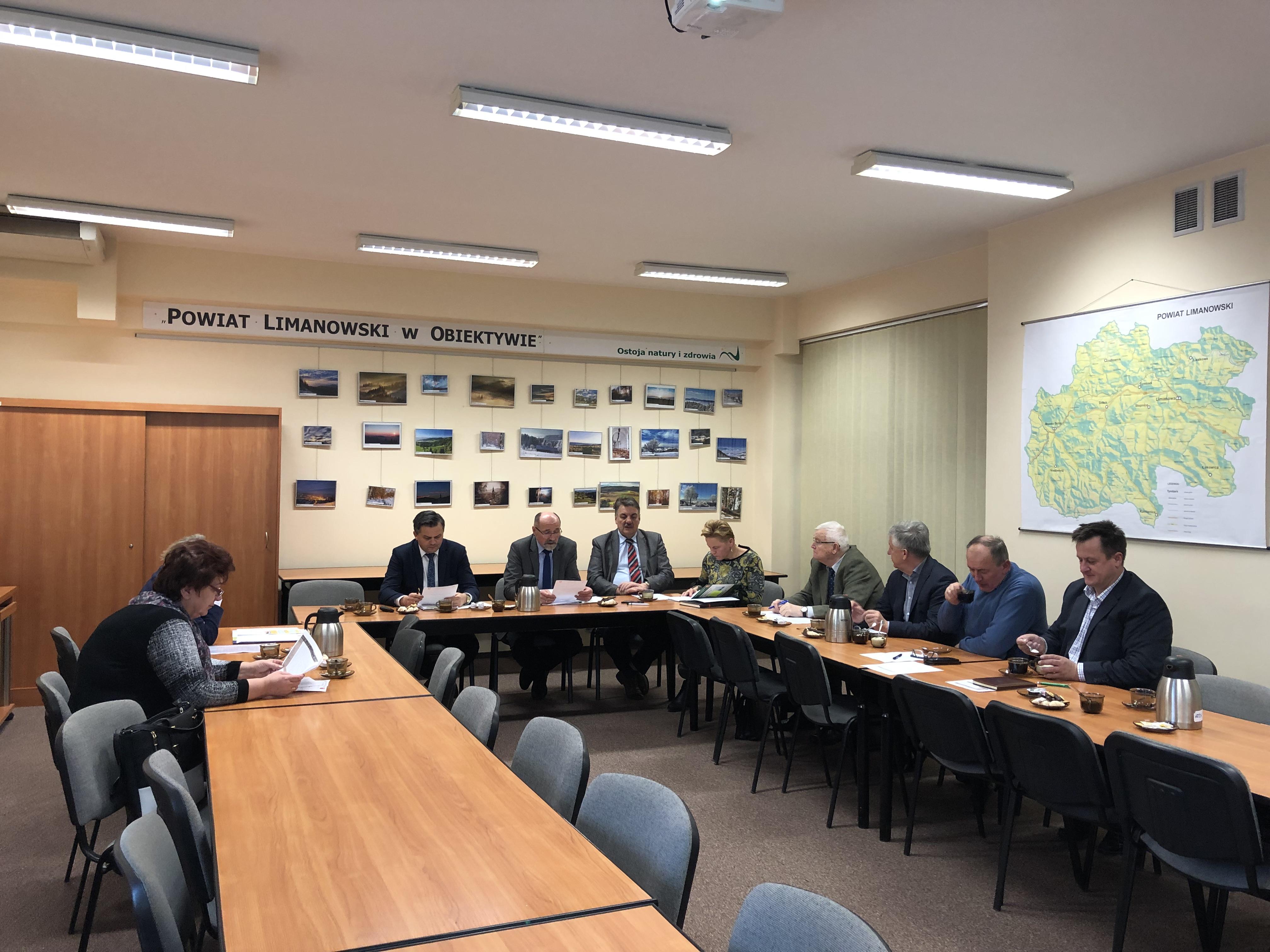 Posiedzenie Powiatowej Rady Rynku Pracy - uczestnicy podczas obrad