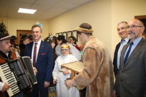 Starosta Limanowsk oraz Zarzaąd Powatu limanowskiegoi  przyjmują kolędników SOSW w Dobrej 2020 w Starostwie Powiatowym