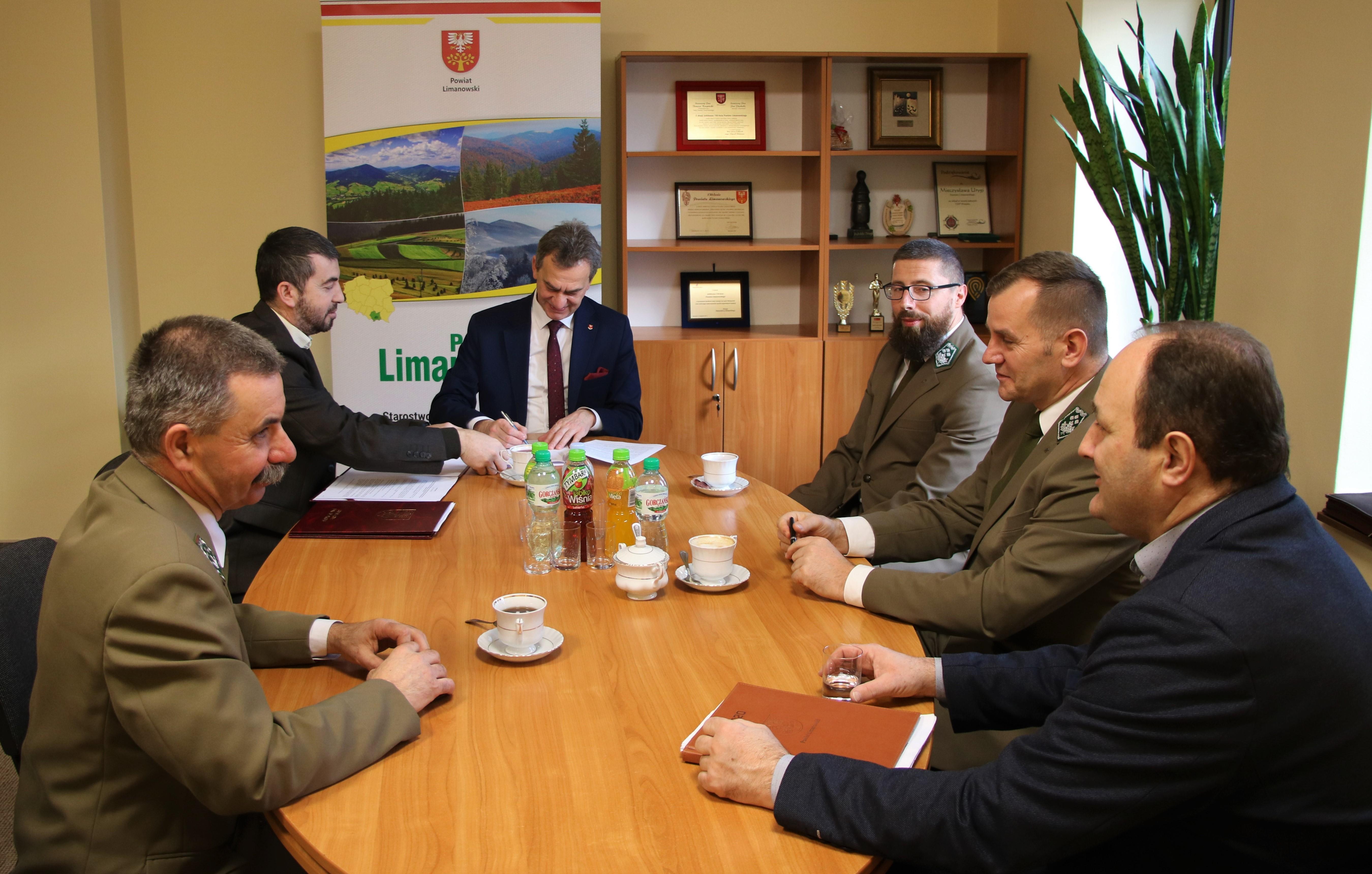Porozumienie z Nadleśnictwami i Gorczańskim Parkiem Narodowym- moment podpisania dokumentu przez Starostę Limanowskiego