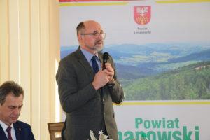 Spotkanie przedsiębiorców w Starostwie Powiatowym w Limanowej  - Czlonek Zarządu Rady powiatu Limanowskigo Wojciech Włodarczyk podczas przemówienia