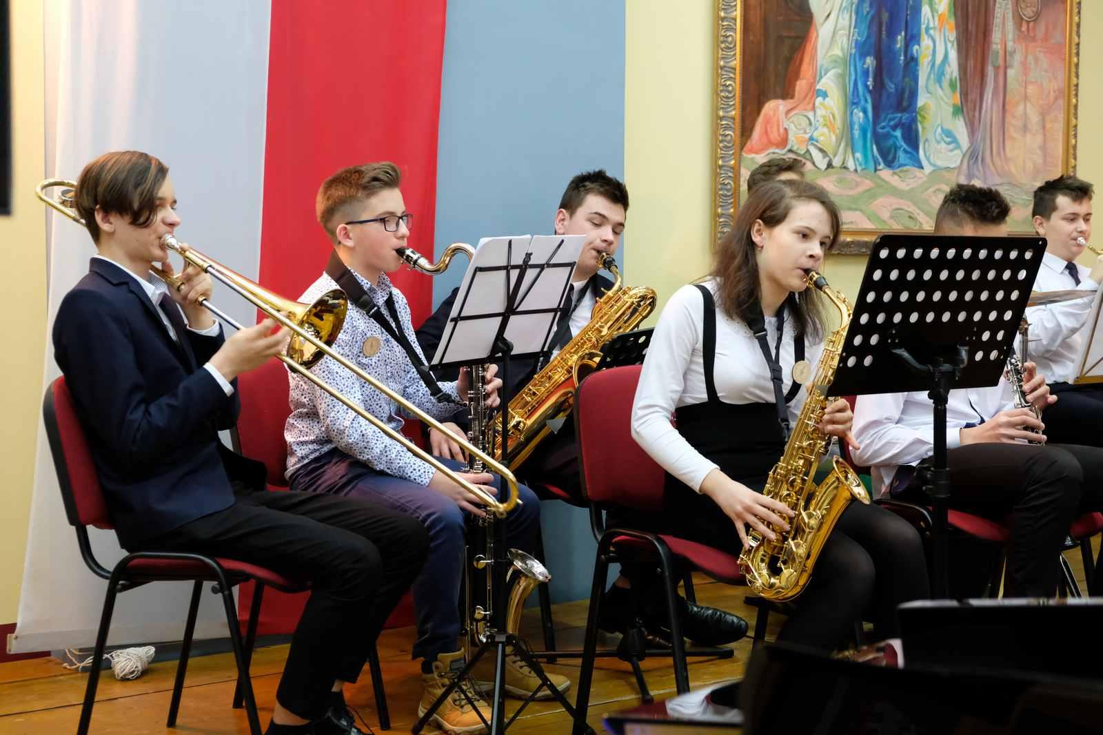 Jubileusz 10-lecia Szkoły Muzycznej w Żegocinie - uczniowie szkoły podczas występu