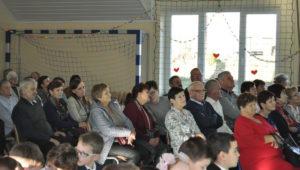 Dzień Babci i Dziadka - SP Siekierczyna - goscie wydarzenia obserwują występy uczniów