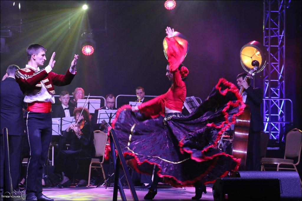 Relacja z Koncertu Noworocznego w Limanowej - tancerze flamenco oraz orkiestra na scenie podczas występu
