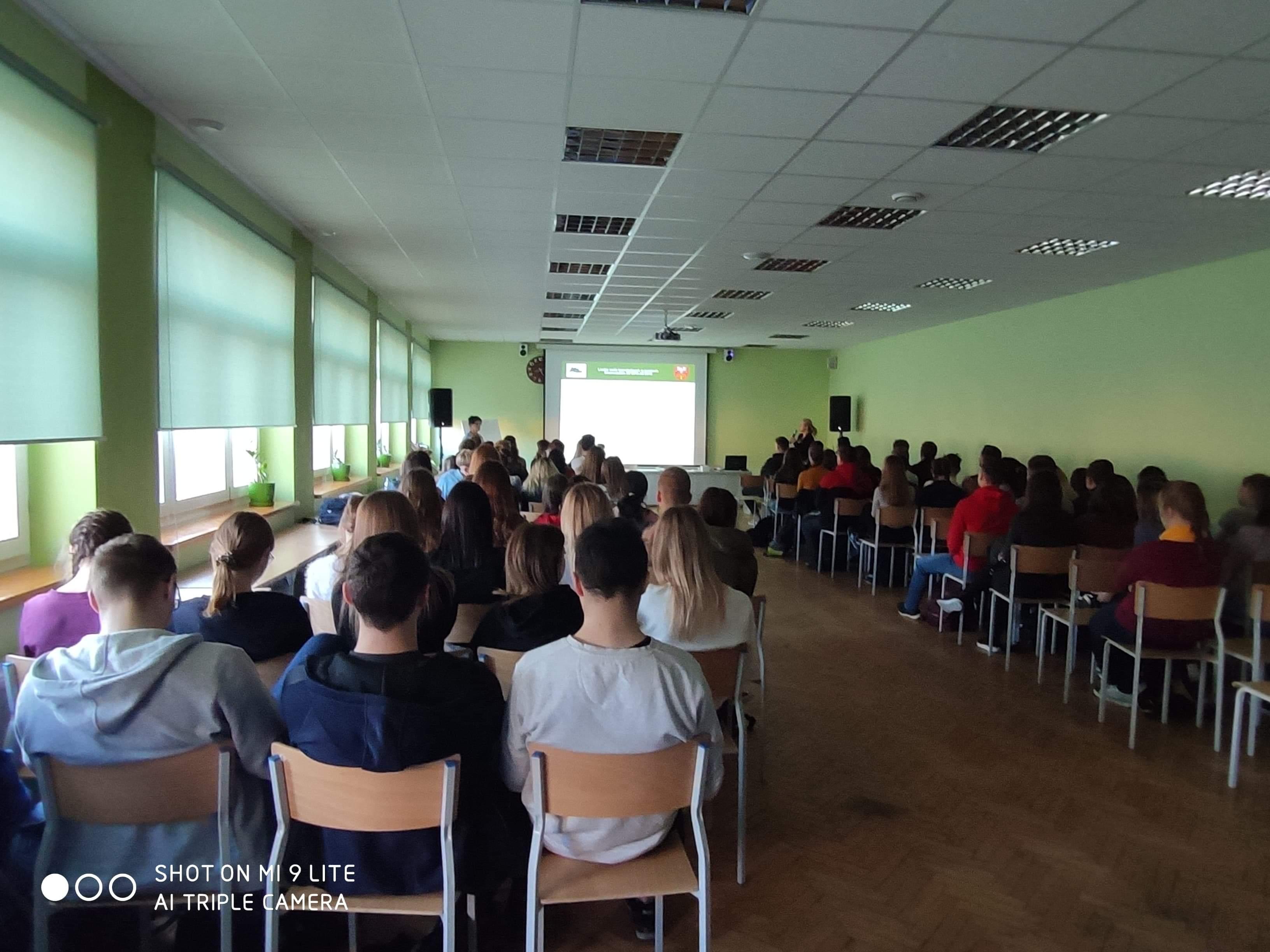 Spotkanie doradców zawodowych Powiatowego Urzędu Pracy w Limanowej z młodzieżą klas technicznych oraz ich wychowawcami.