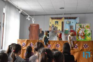 """Podsumowanie """"Ferii z książką"""" 2020 w limanowskiej bibliotece - uczestnicy podczas zajęć"""
