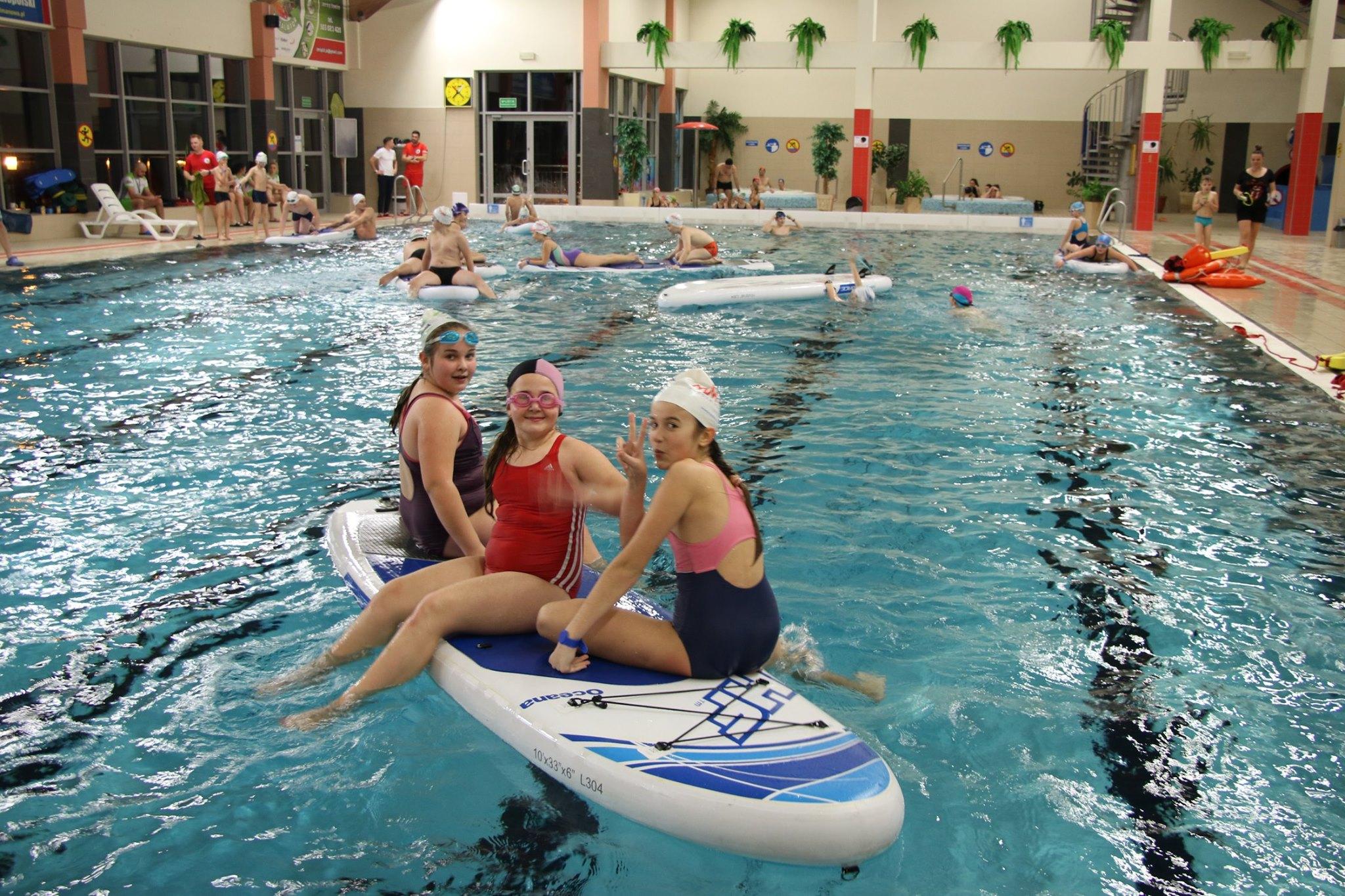 Ferie 2020 na Plywalni Limanowskiej - uczestnicy zajęć podczas zabawy w basenie