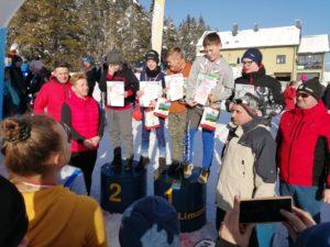 zawody w narciarstwie biegowym dla dzieci i dorosłych o Puchar Proboszcza parafii Zalesie 2020- zawodnicy na podium