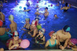 Ferie 2020 na Plywalni Limanowskiej - dzieci w basenie