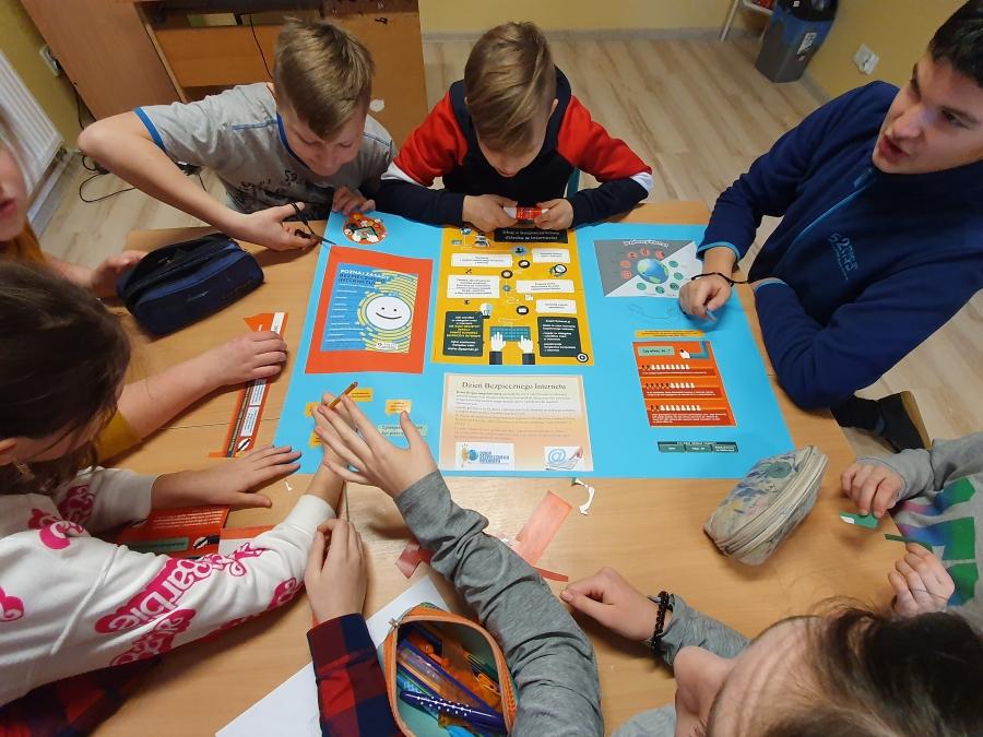 Uczniowie Szkoły Podstawowej nr 3 w Kasince Małej - akcja na Dzień Bezpiecznego Internetu