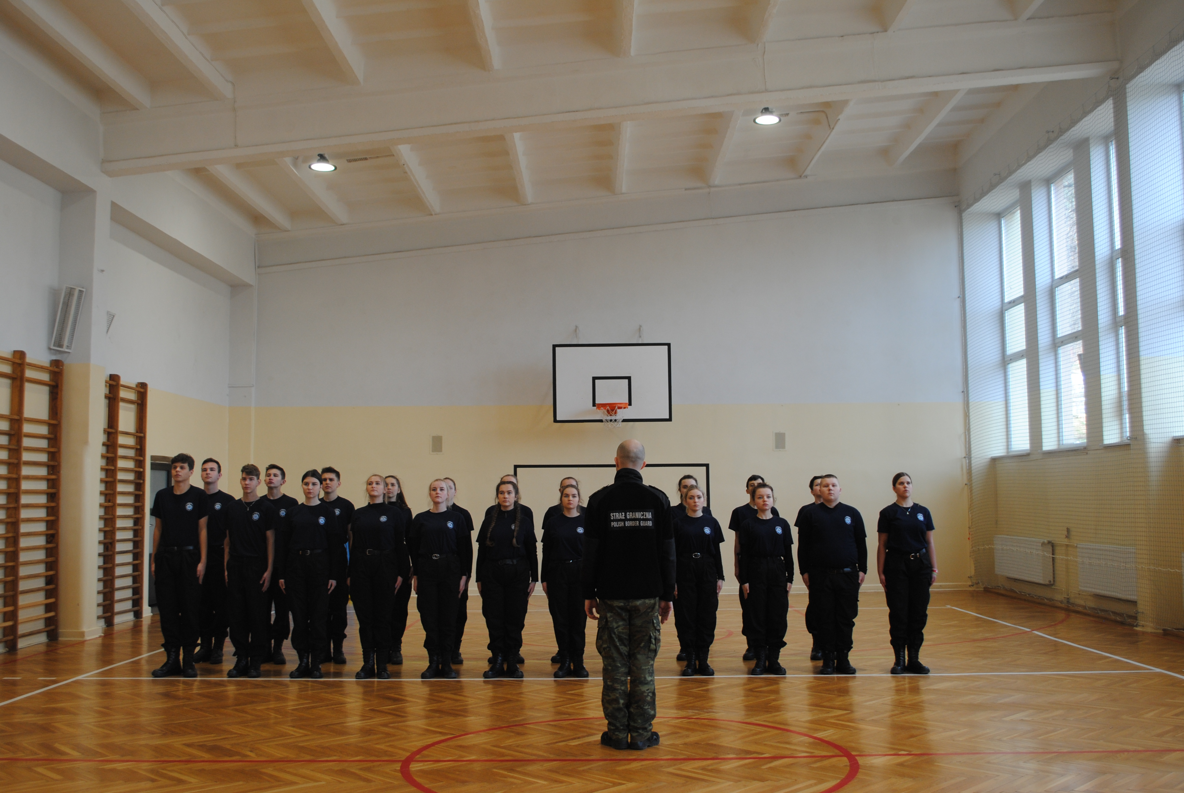 Ćwiczenia z musztry Strzelców z klas mundurowych  policyjnych tymbarskiego Zespołu Szkół im. Komisji Edukacji Narodowej