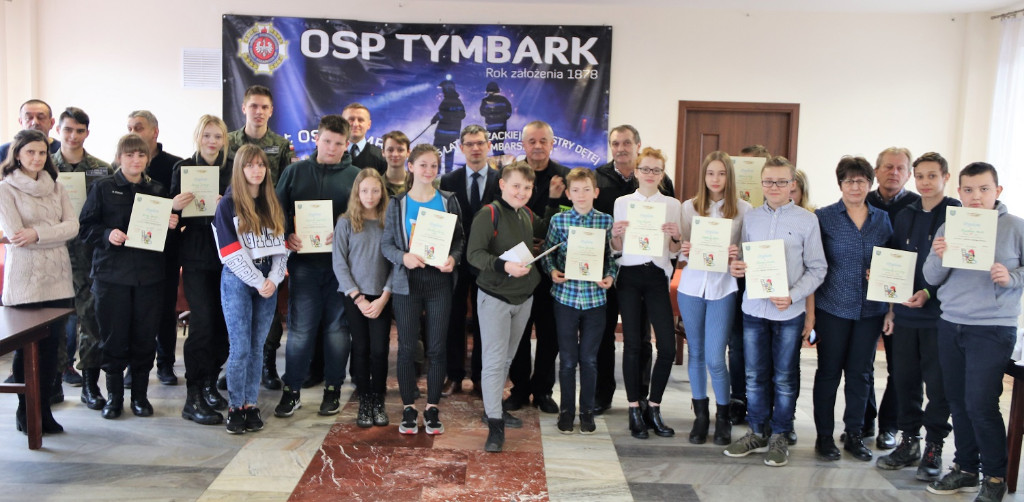 Ogólnopolski Turniej Wiedzy Pożarniczej dla Dzieci i Młodzieży - eliminacje gminne w Tymbarku, laureaci wraz z organizatorami