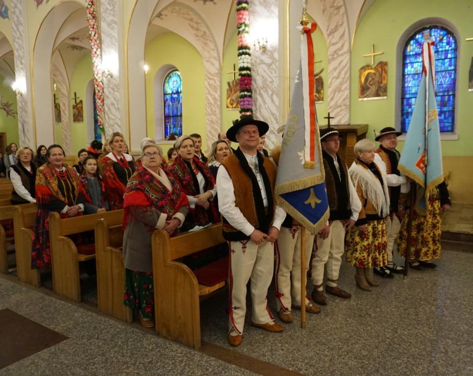 Zapusty Kamienickiego Oddziału Zwiazku Podhalan uczestnicy uroczystości podczas Mszy św. w Kościele Parafialnym w Kamienicy