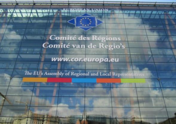Zdjęcie przedstawajace wejście do gmachu głównego Komitetu Regionów UE