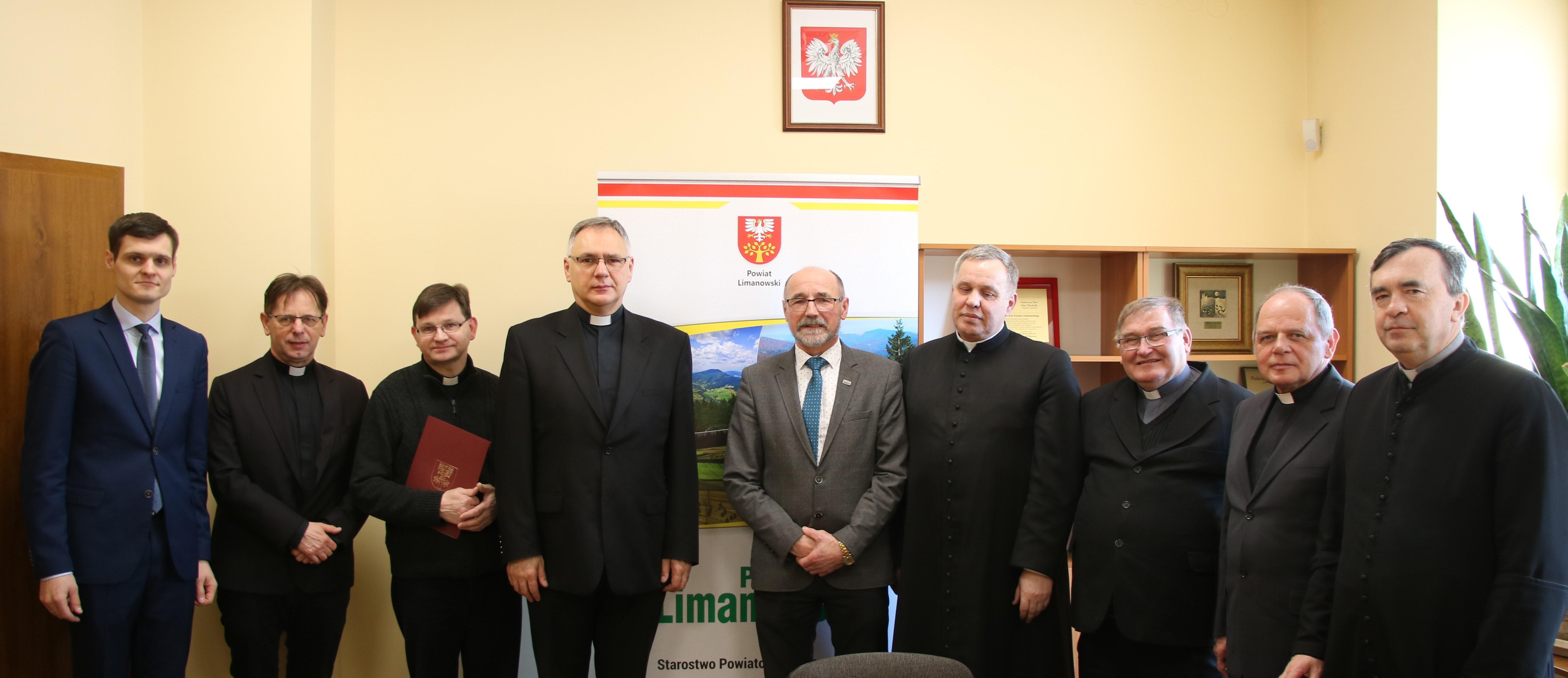 Podpisanie umów na renowacje zabytków w powiecie limanowskim