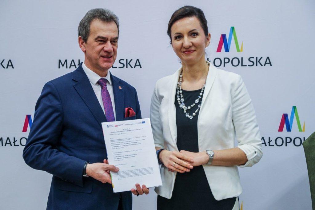 Powiat Limanowski dołączył do Tele-Anioła -Starosta Limanowski odbiera list intencyjny od Członka zarzadu Województwa Małopolskiego Marty Malec - Lech