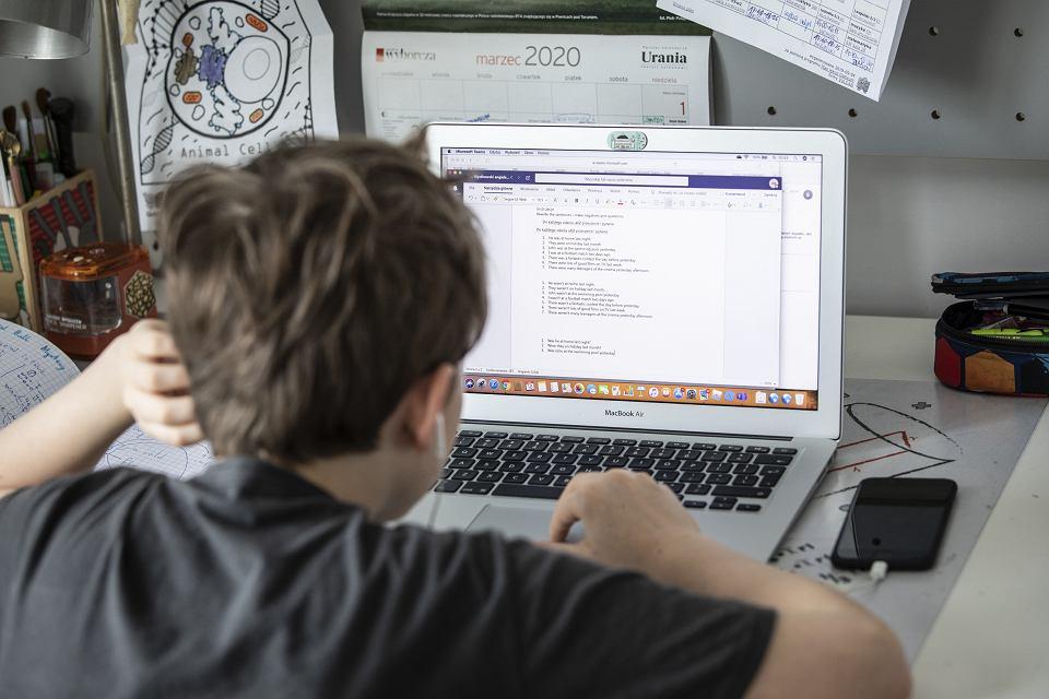 Zdalna nauka, program, dofinansowanie do zakupu sprzetu - zdjecie - chłopiec przy komputerze