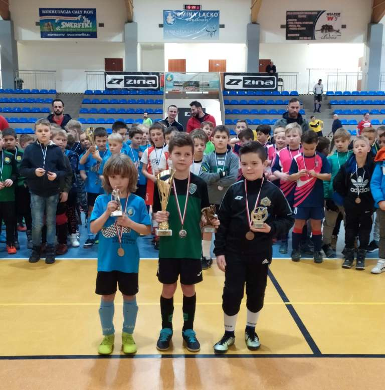 Turniej Gorce CUP 2020 - zawodnicy z medalami i pucharami