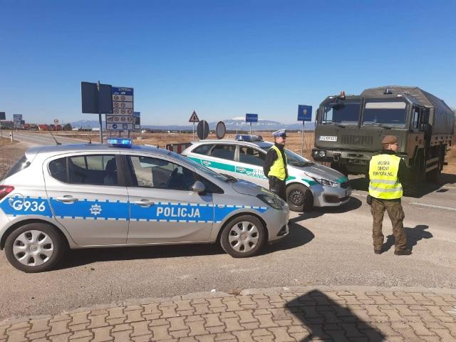 Policjanci wspólnie z funkcjonariuszami Karpackiego Oddziału Straży Granicznej oraz żołnierzami Wojsk Obrony Terytorialnej strzegą porządku na przejściach granicznych w Małopolsce