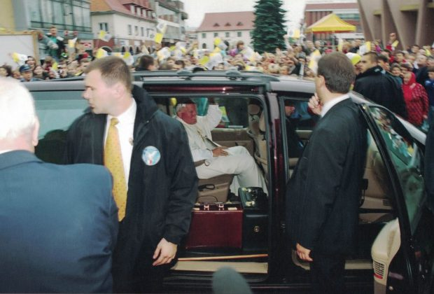 Jan Paweł II w Limanowej - fotografia z trasy przejazdu