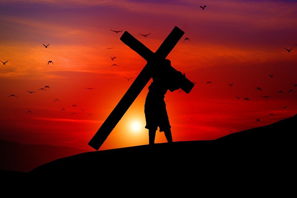 Zdjecie przedstawiające Dźwigającego Krzyż na tle zachodu słońca