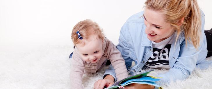 6 pytań o dodatkowy zasiłek opiekuńczy - grafika przedstawiająca mamę z małym dzieckiem