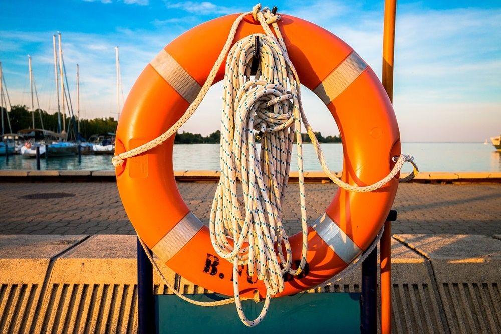 WOPR Małopolska - zdjęcie przedstawiające koło ratunkowe na łodzi