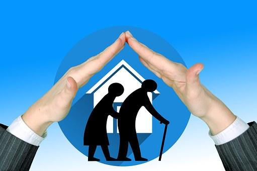 Ostrzeżenie KG policji dla seniorów przed oszustami- logo kampanii przedstawiające dwie sylwetki starszych osób na tle domu, nad nimi osłaniające dłonie, tło niebieskie