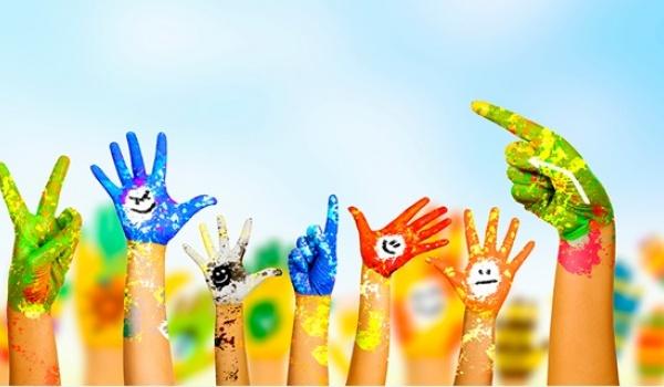 Zdjęcie przedstawiające pokolorowane dziecięce dłonie