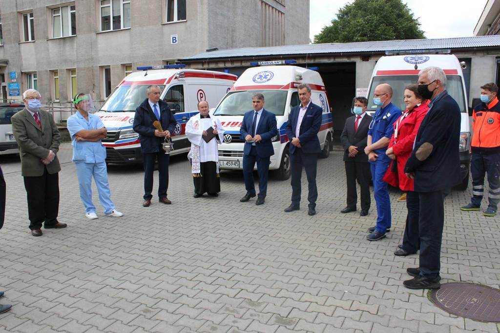 Przekazanie do użytku karetki dla Szpitala Powiatowego - Starosta Limanowski wraz z przedstawicilami Zarządu Rady Powiatu oraz Zarządu Powiatu Limanowskiego podczas poświęcenia karetki