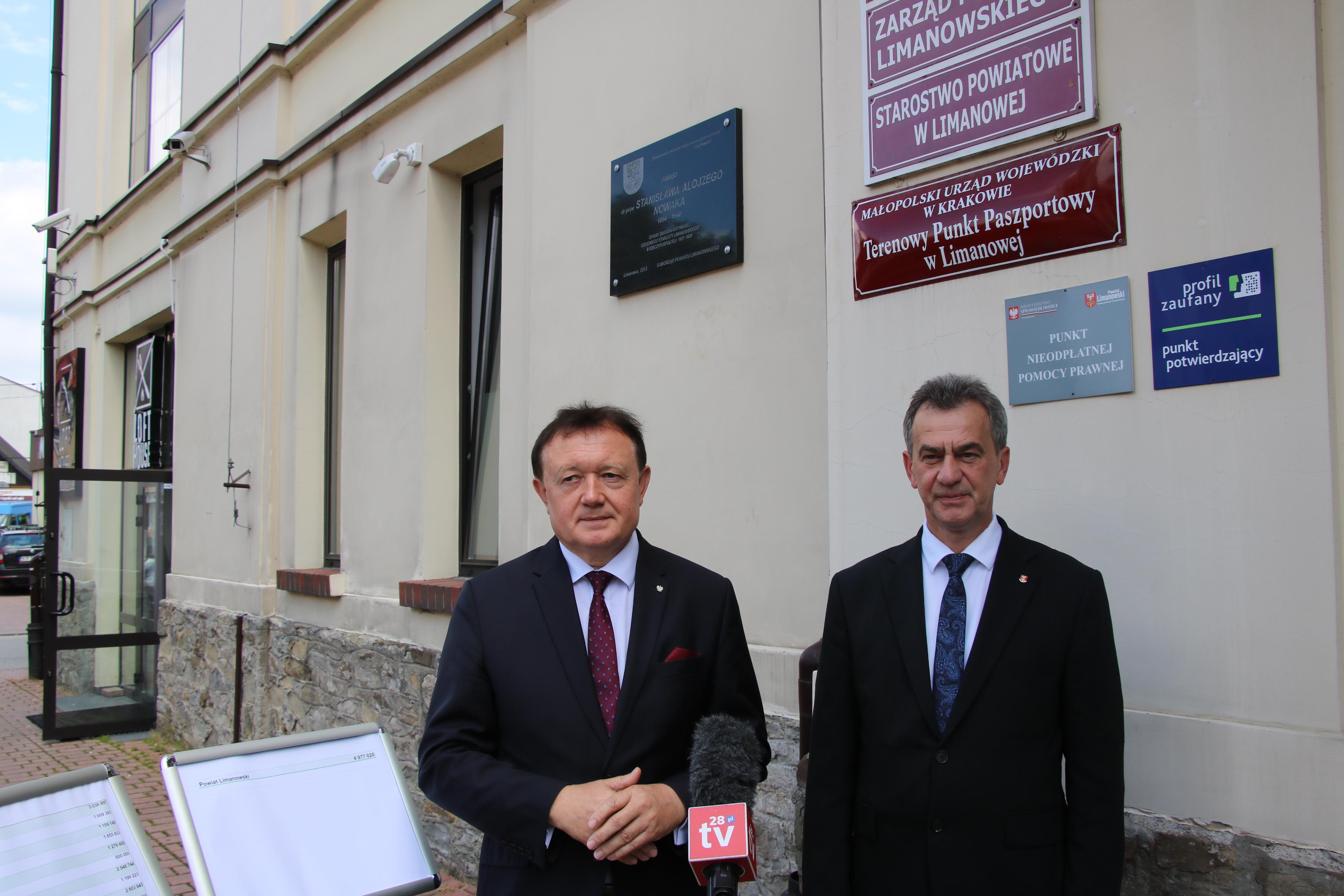 Poseł na Sejm RP Wiesław Janczyk oraz Starosta Limanowski- Mieczysław Uryga w trakcie briefiengu prasowego przed budynkiem Starostwa