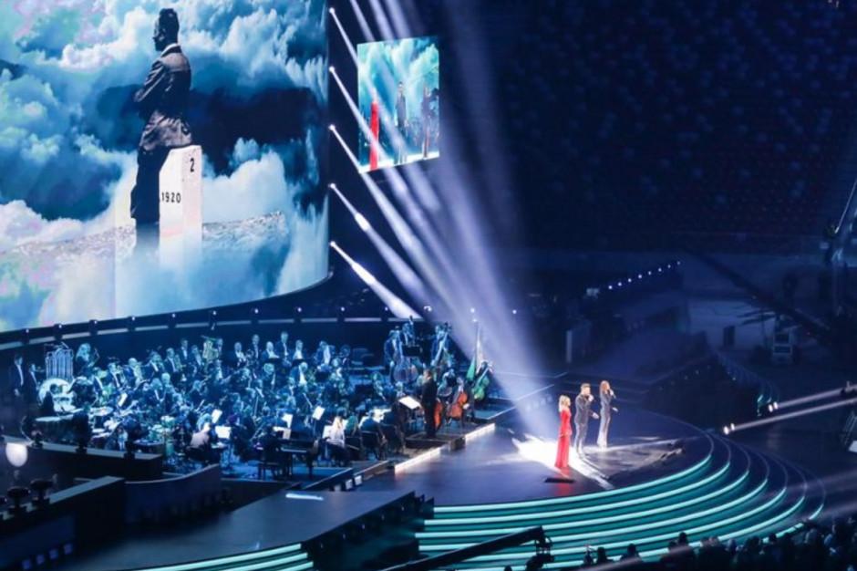 Artyści i orkiestra na scenie podczas koncertu