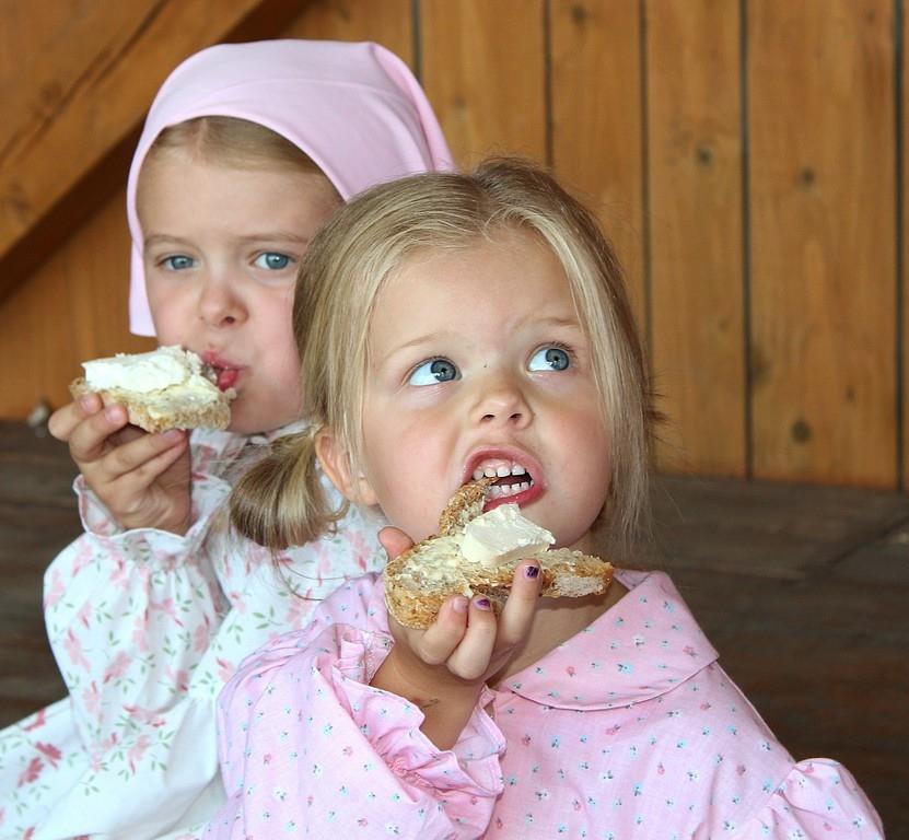 dziewczynki jedzące chleb